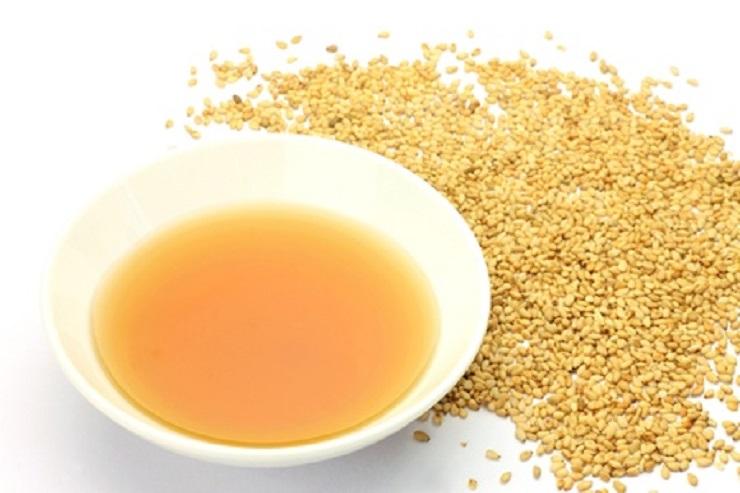 Natives Sesamöl gilt als wärmend, reinigend und entgiftend . Außerdem wirkt es anti- oxidativ, das ist jene Eigenschaft, die den Zellabbau verlangsamt.