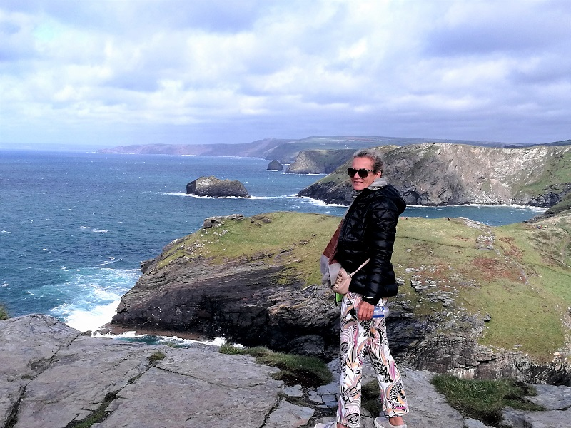 Cornwall: Steile Klippen, der Wind, die über den engen Straßen zusammengewachsenen Bäume.Ich atme die Kraft ein, die von dieser gewaltigen Natur ausgeht.